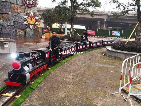 在(zai)購物廣場(chang)經(jing)營(ying)軌(gui)道小火車(che)逛街的小伙伴